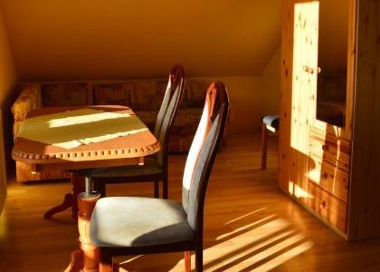 Krzesła stolik orazszafa wpokoju
